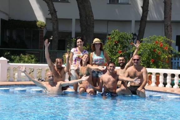 La Compañia Teatral El Carromato, disfrutando de la piscina del Hotel Sol, Benicarló