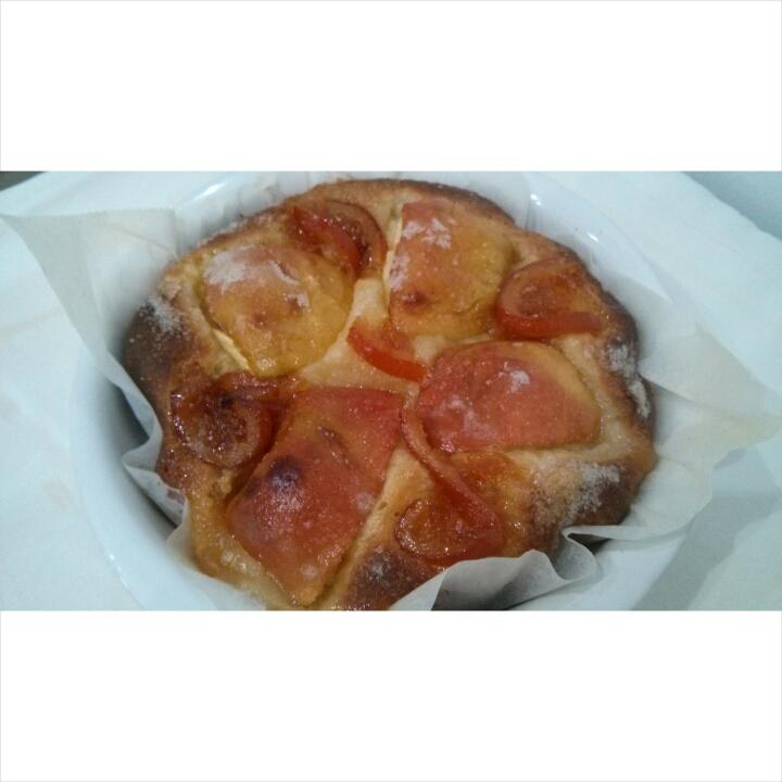 Tarta de manzana agridulce y naranja confitada recién salida del horno, para el desayuno en Hotel Sol de Benicarló